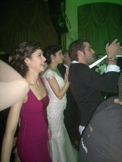 Düğünde Beren Saat sevgilisi Kenan Doğulu'nun şarkılarıyla coştu.