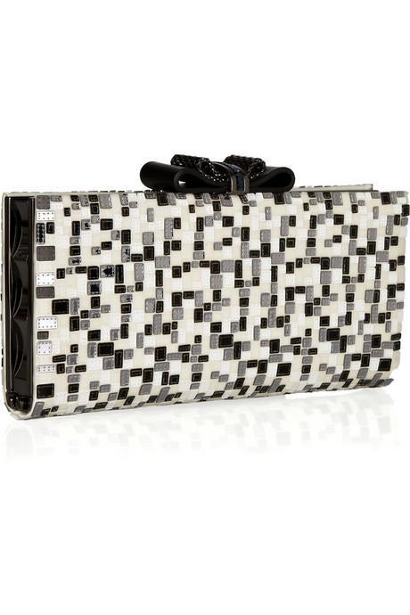 Siyah-beyaz taşlarla süslü saten el çantası, Christian Louboutin.