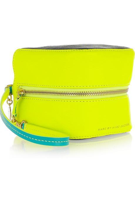 Neon sarı, daire prizma görünmülü deri çanta, Marc by Marc Jacobs.