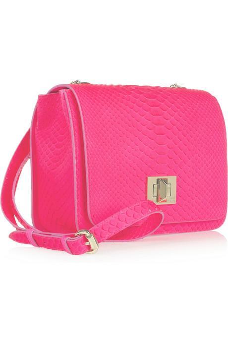 Piton görünümlü neon pembe omuz çantası; Emilio Pucci.