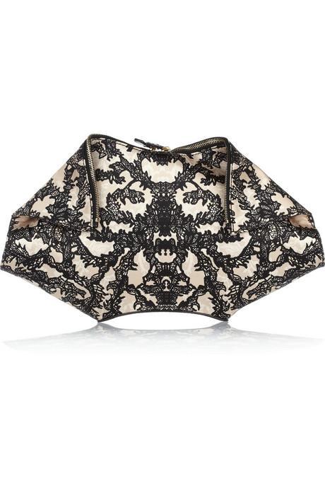 Dantel baskılı saten el çantası, Alexander McQueen.