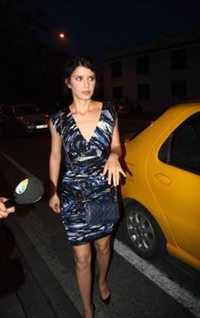Bu kırmızı tuvalet Beren Saat'in bugüne kadar giydiği en dikkat çekici elbiseydi. Saat bir gece gezmesinde bu sade elbiseyi tercih etmişti.