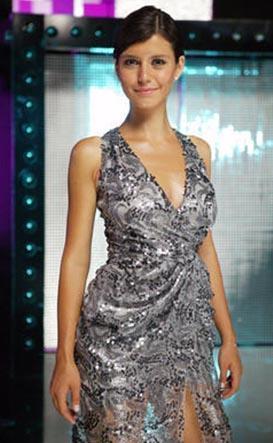 Genç oyuncu Kanal D'nin yeni sezon tanıtım filmi çekilirken yine Özgür Masur tasarımı bu elbiseyi giydi.