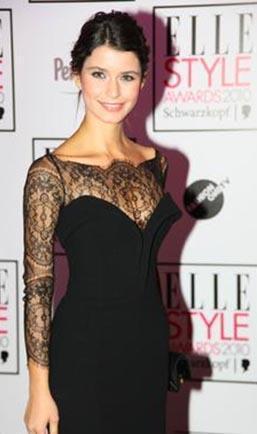 Elle Stil Ödülleri töreninde giydiği elbise.