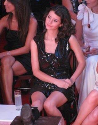 Aşk-ı Memnu'nun final gösteriminin yapıldıı Su Ada'ya mini bir elbiseyle gitmişti Saat.