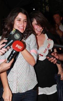 Fatmagül'ün Suçu Ne dizisindeki rol arkadaşı Esra Dermancıoğlu ile çıktığı bir gece gezmesinde kot pantolonu ve gömleğiyle görüntülenmişti Saat.