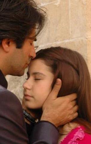 Saat ilk başrol deneyimini Aşka Sürgün dizisiyle gerçekleştirdi.