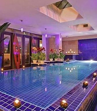 High School Musical serisinin 22 yaşındaki yıldızı Zac Efron'un Kanada'da satın aldığı söylenen bu yeni evin içinde bir de kapalı yüzme havuzu var.