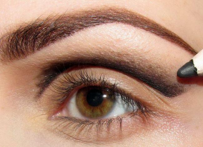 Öncelikle göz kapağınızın üzerine siyah ve kalın bir göz kalemiyle fotoğraftaki gibi çizgi çekin.