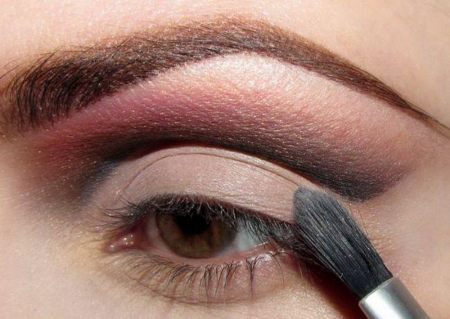 Göz kapağınızın üzerine açık renk bir far sürün.