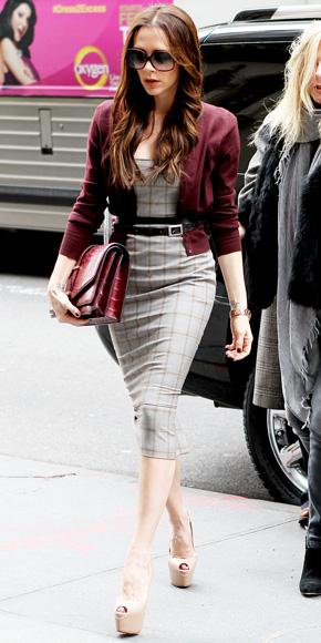 Victoria Beckham önü açık platform ayakkabıları tercih etmiş