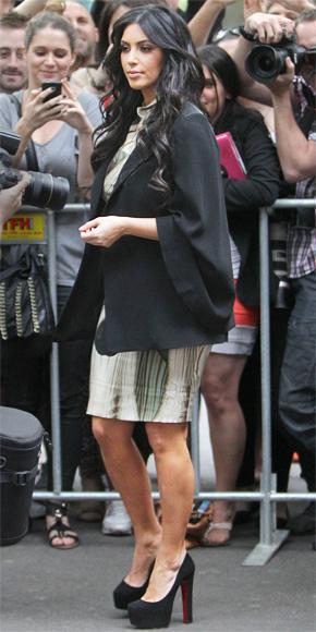 Kim Kardashian kalın topuklu siyah ayakkabıları tercih etmiş