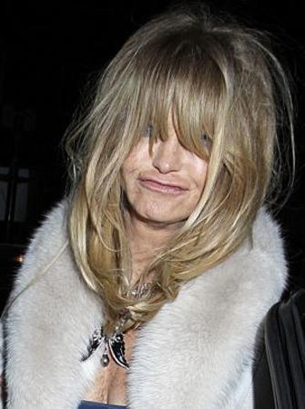 İngiltere'nin başkenti Londra'da bir gece kulübünden çıkan Oscar ödüllü oyuncu Goldie Hawn (66), dağınık saçları ve derbeder görüntüsüyle şaşırttı.