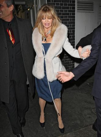 Taranmamış saçlarından yüzü görünmeyen Hawn, gece kulübünden sabaha karşı aşırı alkollü ayrıldı.