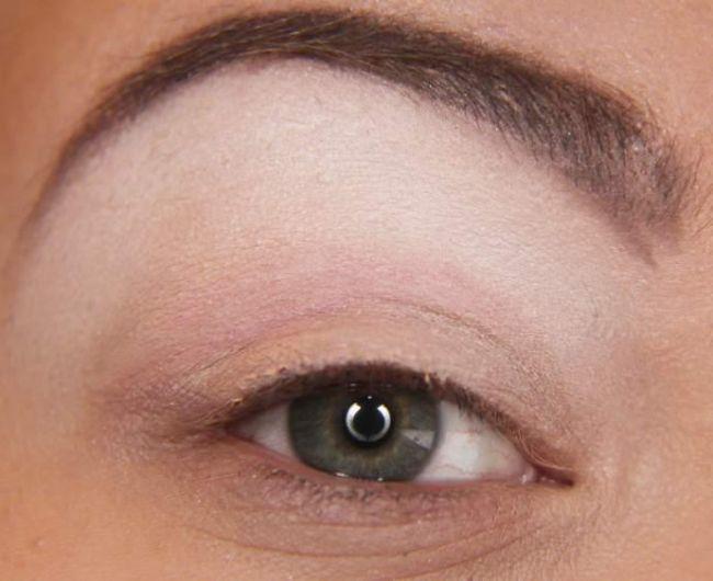 Öncelikle göz kapağınızdan başlayarak kaş diplerinize kadar açık bir far sürün.