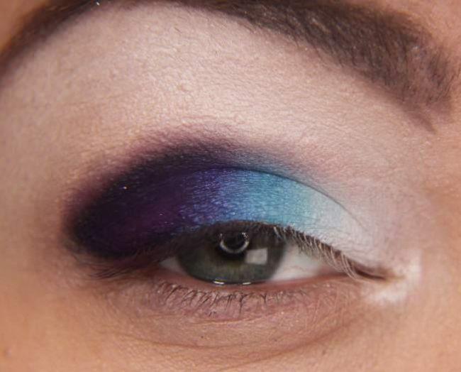 Son olarak göz kapağınızın en dibine açık renk bir far sürerek gözlerinizde 4 farklı tonun uyumunu yakalayın.