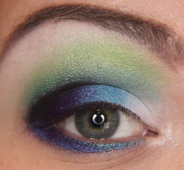 Alt göz kapağınıza koyu mavi renkte bir kalem ya da sürdüğünüz mavi bir farı fırça yardımıyla yedirebilirsiniz.