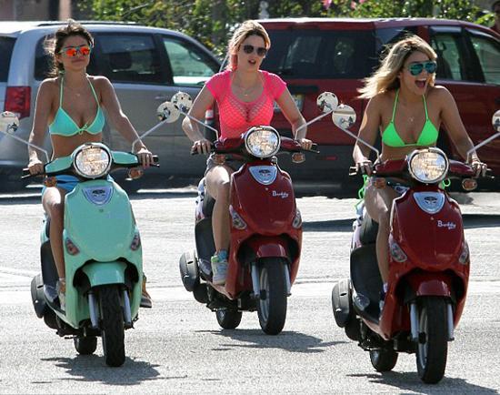 Selena Gomez ve Vanessa Hudgens'in başrollerini paylaştığı 'Spring Breakers' filminde genç oyuncular adeta şov yaptı.