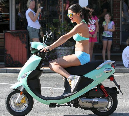 Justin Bieber ile aşk yaşayan Selena Gomez (20), ve oyuncu Vanessa Hudgens (23) vizyona girecek olan 'Spring Breakers' filminin çekimlerinde çok eğleniyorlar.