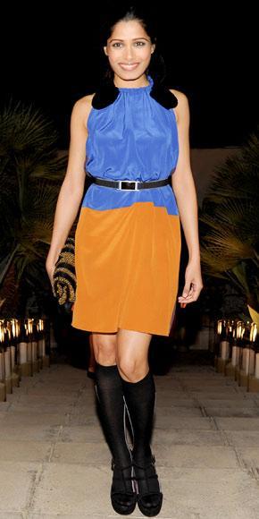 Freida Pinto iki renkli elbisesinin beline gümüş tokalı bir kemer takmış ve böylece proporsiyonunu daha düzgün göstermiş.