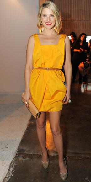 Ali Larter  elbisesinin birkaç ton daha koyu renginde bir kemer seçmiş.