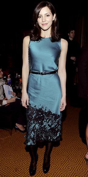 Katharine McPhee saten elbisesinin beline, elbisesinin etek kısmıyla aynı renkte bir kemer takmış.