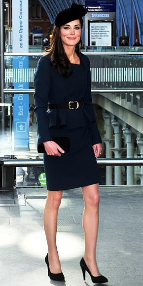 Cambridge düşesi Catherine, nerdeyse her kıyafetinin üzerine bir kemer takıyor.