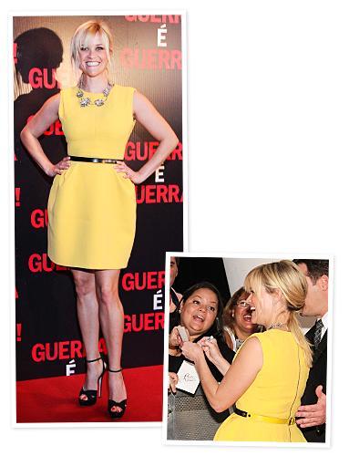 Reese Witherspoon sarı elbisesini siyak kemeriyle giymiş.