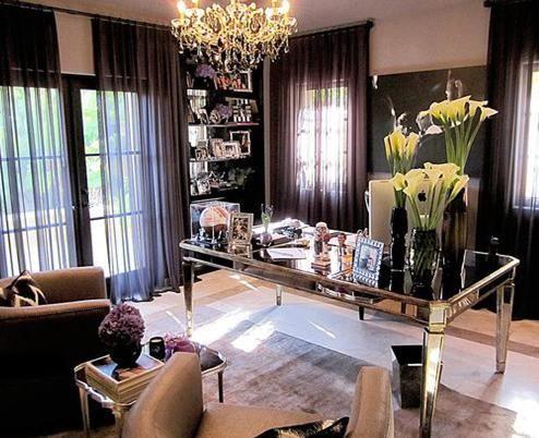 Kardashian'ın çalışma odasının sıcak bir atmosferi var.