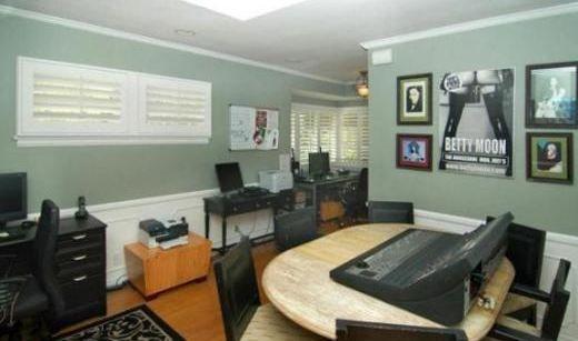 Burası da genç kuşak yıldızlardan birinin yeni satın aldığı evin çalışma odası.