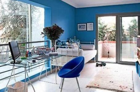 Bu mavi ağırlıklı oda da bir TV ünlüsünün.