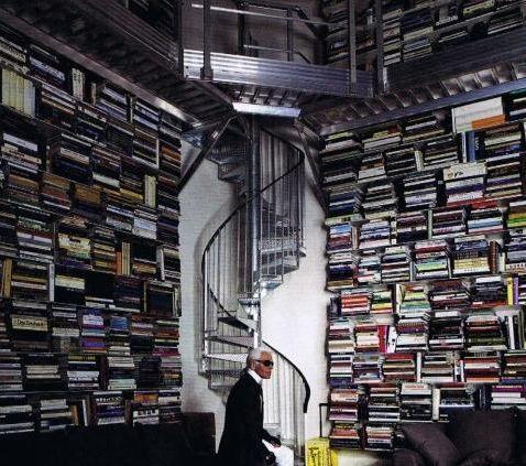Burası Karl Lagerfeld'in kütüphanesi.   Kaynak: Hürriyet