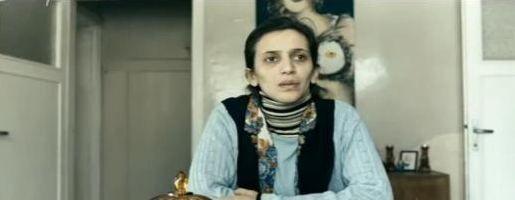 Son dönemin yükselen genç kuşak yıldızlarından biri olan Nihal Yalçın'ı ekranın gülen yüzü olarak tanıyoruz. Ama genç oyuncu Zeki Demirkubuz'un yönettiği Yeraltı filminde bambaşka bir görüntüyle kamera karşısına geçti.
