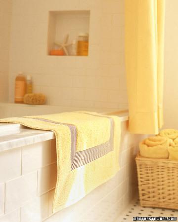 Banyo kilimlerinizi daha şık bir hale getireblirsiniz. Resimde düz, sarı bir pasparın üzerinden çizgili kurdela ile geçildi. Sonuç harika değil mi.