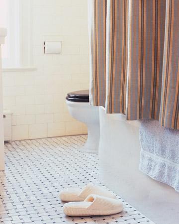 Banyonuzda su geçirmez kumaşları duş perdesi olarak kullanabilirsiniz.