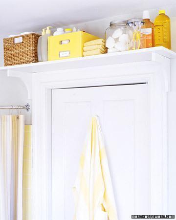 Temizlik malzemeleriniz için banyo kapınızın üzerine bir raf yapabilirsiniz. Böylece ihtiyacınız olduğunda kolaylıkla ulaşabileceksiniz.