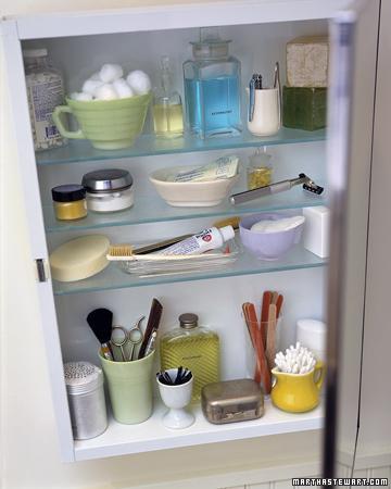 Banyo dolabınızda düzeni sağlamak için, eşyalarınızı guruplandırarak dizin.