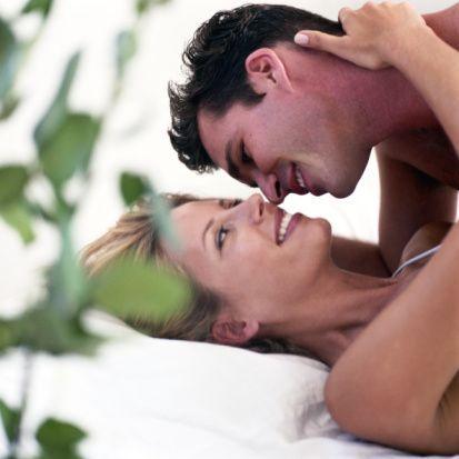 13- Kadın için cinsellikte içeri girme kadar ondan önce yaşanan aşk oyunları da önemli ve hazırlayıcıdır.  14- Yeni bir yer deneyin: Mekan değişikliği yaparak seks hayatınıza biraz yenilik ve heyecan katabilirsiniz. Bir otel odası kiralayın, başka bir odayı deneyin ya da hiç akla gelmeyecek yerler seçin.  15- Evliyseniz yatak odanızı yenileyin. Çocuk varsa ses için mutlaka TV veya müzik seti kullanın.