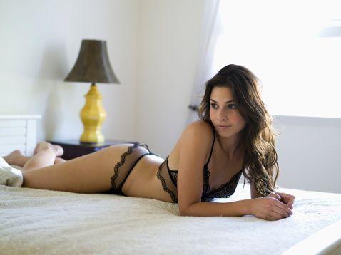 16- Fantezi yapın: Kadın veya erkek, herkesin bir fantezisi vardır. Karşılıklı konuşarak bunları uygulayabilirsiniz. Bazen de akşamki seks randevunuz için hayaller kurup ona sürpriz yapabilirsiniz.