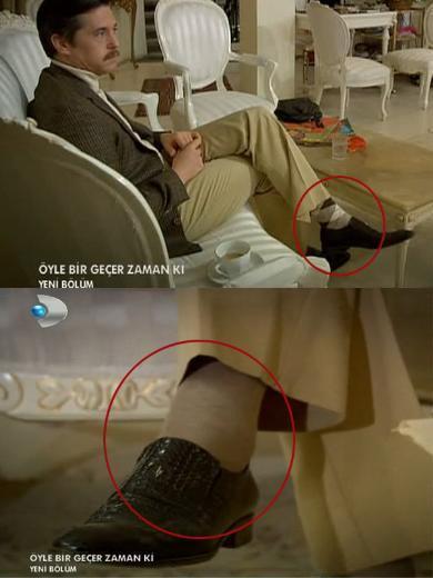 """AYNI SAHNE İKİ FARKLI ÇORAP Dün akşam """"Öyle Bir Geçer Zaman Ki"""" dizisinde Aylin ve Soner gelinlik bakıyordu. Dikkatimi çekense Soner'in aynı sahnede iki kez farklı çorapla karşımıza çıkması. Acaba Aylin gelinlik değiştirirken, Soner de çorap mı değiştiriyordu.   Sibel GÜNGÖR"""