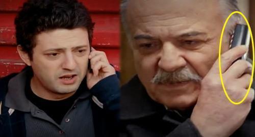 TERS TUTULAN TELEFONDAN SES GELİR Mİ? Merhabalar, Bir Çocuk Sevdim dizisini severek izliyorum. Bu haftaki bölümde Turan Bey, oğlu Erdal'la konuşurken telefonu ters tutuyor. Bir ara telefonu diğer kulağına götürüyor ama telefon yine ters. Bu kadar gözle görülebilir bir hatanın olması beni çok güldürdü. Teşekkürler.  EDA R.