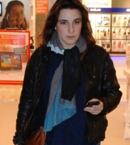 """""""Fatmagül'ün Suçu Ne?"""" dizisinin Mukaddes yengesi Esra Dermancıoğlu: """"36 yaşında oyuncu olmaya karar verdim. Etrafımdakiler 'Delirdi herhalde' dedi ama umursamadım"""" dedi."""