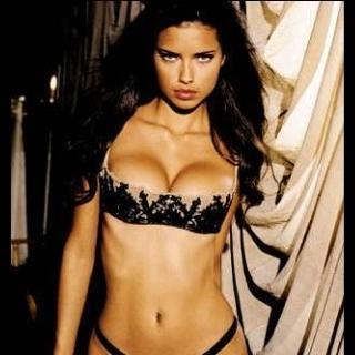 Adriana Lima  Aynen Lindsay Lohan gibi Adriana Lima'nın seks kasetinden de sadece üç kare gün yüzüne çıkabildi. Gören herkes için bu kesinlikle Brezilyalı seksi afetti. Tüm vücudu ve yüzü gayet net seçilebiliyordu.  Video gece görüş modunda değil normal aydınlık bir odada çekildiği için ortada şüphe yoktu. Kaseti elinde bulunduran ve yüksek bir meblağ karşılığında satmaya çalışan kişii sadece üç kare yayınlamıştı. Fakat bir süre sonra Adriana Lima'nın menejeri kaset görüntüsünün gerçek olmadığını söyledi ve daha da ileri giderek kasetteki kişinin kim olduğunu açıkladı.   Adriana'ya benzerliğiyle ünlü Brezilyalı küçük çaplı bir porno aktrisi kullanılmıştı. Fotoğraflar ve belgelerle bu videoyu çürüttü. Ardından da kaseti şantaj malzemesi olarak kullanmaya çalışan kişiyi tutuklattı.   Kasete el koyulduğu için o üç kare dışında görüntü internete sızamadı. Fakat birçok site başka pornolara link vererek bu görüntüleri tıklama almak için yem olarak kullanıyor. Siz oyuna gelmeyin.