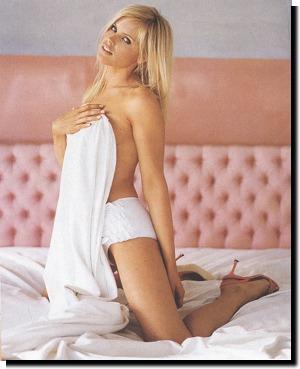 """Gena Lee Nolin  Pamela Anderson ile beraber """"Baywatch""""te oynadığı yıllarda meşhur olan Gena kasette epey sarhoş ama kameranın farkında."""