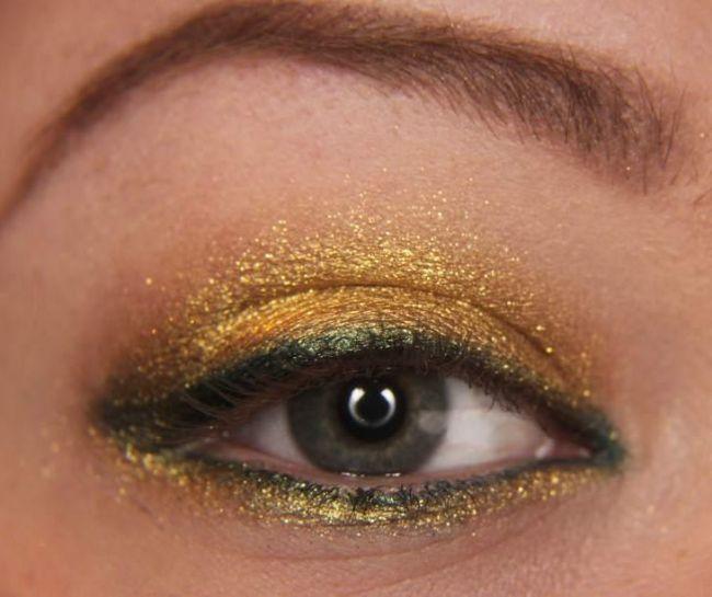 Daha sonra alt göz kapağınıza önce dore rengi farı sürün daha sonra yeşil göz kaleminizi çekin.