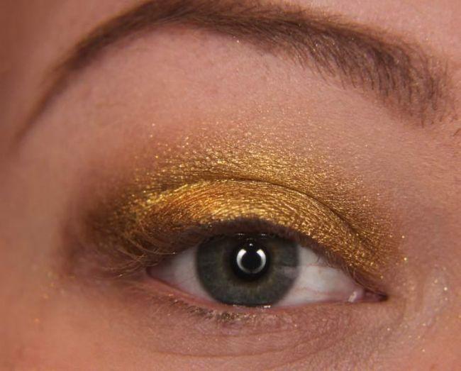 Önce göz kapaklarınıza dore rengi bir far sürün.