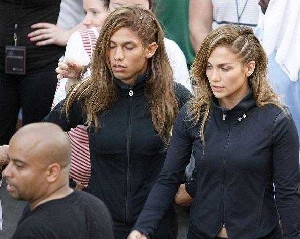 Dünyaca ünlü yıldız Jennifer Lopez, yeni video klibi çekimlerinden erkek dublörüyle görüntülendi.