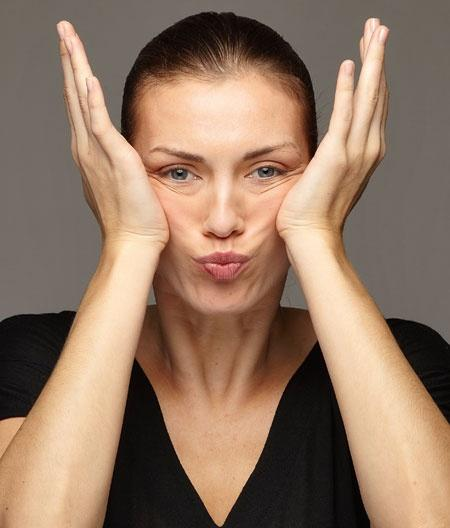 Yanaklarınız derisini gerginleştirmek için jimnastik yapmalısınız. Bunun için ağzınızı kapatın, yanaklarınızı içeri doğru çektikten sonra, ellerinizin yardımı ile yavaş yavaş gerin.