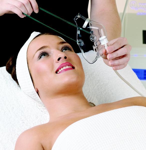 Oksijen maskesi, bir çeşit expres lifting görevi görür. Bu uygulamayla, hücrelerin oksijen alımı 10 dakika içinde yoğunlaşır. Sonuç olarak, cilt olabildiğince taze ve sağlıklı bir görünüme kavuşur.