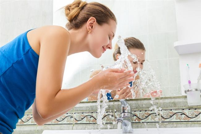 Yüzünüzü tazikli su ile yıkayın. Bu şekilde yapılacak duş da, ofislerin yol açtığı cilt stresinizi azaltır.